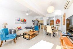 Гостиная. Кипр, Нисси Бич : Апартамент с гостиной, двумя спальнями, двумя ванными комнатами и балконом, расположен в самом престижном районе Айя-Напы в 300 метрах от пляжа