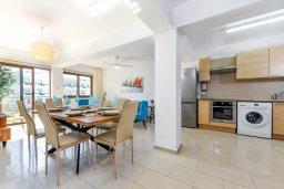 Кухня. Кипр, Нисси Бич : Апартамент с гостиной, двумя спальнями, двумя ванными комнатами и балконом, расположен в самом престижном районе Айя-Напы в 300 метрах от пляжа