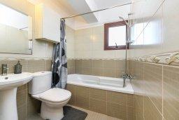 Ванная комната. Кипр, Нисси Бич : Апартамент с гостиной, двумя спальнями, двумя ванными комнатами и балконом, расположен в самом престижном районе Айя-Напы в 300 метрах от пляжа