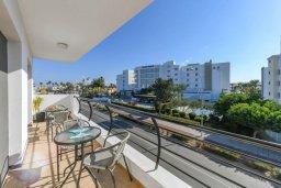 Балкон. Кипр, Нисси Бич : Апартамент с гостиной, двумя спальнями, двумя ванными комнатами и балконом, расположен в самом престижном районе Айя-Напы в 300 метрах от пляжа