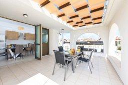 Обеденная зона. Кипр, Ионион - Айя Текла : Прекрасная вилла с 2-мя спальнями, с бассейном, просторной верандой с патио и барбекю, расположена всего в нескольких шагах от красивой гавани Potamos