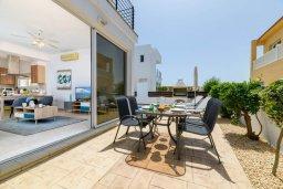 Обеденная зона. Кипр, Пернера Тринити : Прекрасная вилла с 2-мя спальнями, бассейном, солнечной террасой с патио и традиционным кипрским барбекю, расположена в Ayia Triada