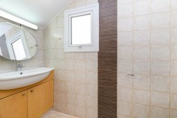 Туалет. Кипр, Пернера Тринити : Прекрасная вилла с 2-мя спальнями, бассейном, солнечной террасой с патио и традиционным кипрским барбекю, расположена в Ayia Triada
