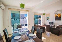 Обеденная зона. Кипр, Пернера Тринити : Прекрасная вилла с 3-мя спальнями, бассейном, солнечной террасой с патио и каменным барбекю, расположена в тихом комплексе недалеко от пляжа Ayia Triada