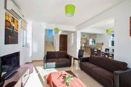 Гостиная. Кипр, Пернера Тринити : Прекрасная вилла с 3-мя спальнями, бассейном, солнечной террасой с патио и каменным барбекю, расположена в тихом комплексе недалеко от пляжа Ayia Triada