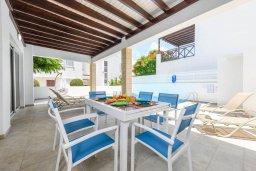 Обеденная зона. Кипр, Коннос Бэй : Шикарная вилла с 3-мя спальнями, 3-мя ванными комнатами, с бассейном, тенистой террасой с патио и барбекю, расположена в ухоженном комплексе на мысе Cape Greco