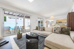 Гостиная. Кипр, Коннос Бэй : Шикарная вилла с 3-мя спальнями, 3-мя ванными комнатами, с бассейном, тенистой террасой с патио и барбекю, расположена в ухоженном комплексе на мысе Cape Greco