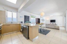 Кухня. Кипр, Коннос Бэй : Шикарная вилла с 3-мя спальнями, 3-мя ванными комнатами, с бассейном, тенистой террасой с патио и барбекю, расположена в ухоженном комплексе на мысе Cape Greco
