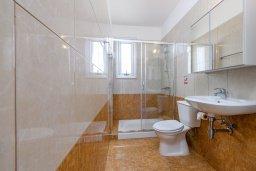Ванная комната. Кипр, Коннос Бэй : Шикарная вилла с 3-мя спальнями, 3-мя ванными комнатами, с бассейном, тенистой террасой с патио и барбекю, расположена в ухоженном комплексе на мысе Cape Greco