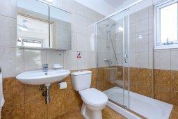 Ванная комната 2. Кипр, Коннос Бэй : Шикарная вилла с 3-мя спальнями, 3-мя ванными комнатами, с бассейном, тенистой террасой с патио и барбекю, расположена в ухоженном комплексе на мысе Cape Greco