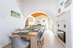 Обеденная зона. Кипр, Ионион - Айя Текла : Великолепная вилла с 3-мя спальнями, просторным зелёным двориком, верандой с патио, солнечной террасой  lounge-зоной и барбекю, расположена всего в нескольких шагах от красивой гавани Potamos
