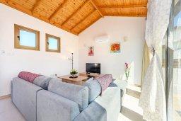 Гостиная. Кипр, Ионион - Айя Текла : Великолепная вилла с 3-мя спальнями, просторным зелёным двориком, верандой с патио, солнечной террасой  lounge-зоной и барбекю, расположена всего в нескольких шагах от красивой гавани Potamos