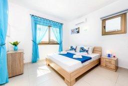 Спальня. Кипр, Ионион - Айя Текла : Великолепная вилла с 3-мя спальнями, просторным зелёным двориком, верандой с патио, солнечной террасой  lounge-зоной и барбекю, расположена всего в нескольких шагах от красивой гавани Potamos