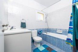 Ванная комната. Кипр, Ионион - Айя Текла : Очаровательная вилла с 2-мя спальнями, бассейном, солнечной террасой с патио, беседкой и традиционным кипрским барбекю, расположена в небольшом тихом комплексе в Agia Thekla