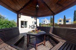 Обеденная зона. Кипр, Ионион - Айя Текла : Очаровательная вилла с 2-мя спальнями, бассейном, солнечной террасой с патио, беседкой и традиционным кипрским барбекю, расположена в небольшом тихом комплексе в Agia Thekla