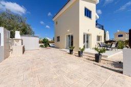 Фасад дома. Кипр, Ионион - Айя Текла : Очаровательная вилла с 2-мя спальнями, бассейном, солнечной террасой с патио, беседкой и традиционным кипрским барбекю, расположена в небольшом тихом комплексе в Agia Thekla