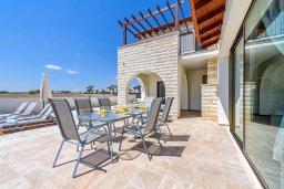 Обеденная зона. Кипр, Ионион - Айя Текла : Потрясающая вилла с 3-мя спальнями, 2-мя ванными комнатами, с бассейном, просторной верандой с патио и барбекю, расположена всего в нескольких шагах от красивой гавани Potamos