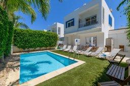 Фасад дома. Кипр, Коннос Бэй : Шикарная вилла с 3-мя спальнями, 2-мя ванными комнатами, с зелёным садом, с бассейном и тенистой террасой с патио и барбекю, расположена на первой линии моря в районе мыса Cape Greco
