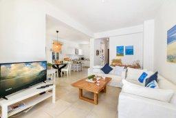Гостиная. Кипр, Коннос Бэй : Шикарная вилла с 3-мя спальнями, 2-мя ванными комнатами, с зелёным садом, с бассейном и тенистой террасой с патио и барбекю, расположена на первой линии моря в районе мыса Cape Greco