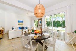 Обеденная зона. Кипр, Коннос Бэй : Шикарная вилла с 3-мя спальнями, 2-мя ванными комнатами, с зелёным садом, с бассейном и тенистой террасой с патио и барбекю, расположена на первой линии моря в районе мыса Cape Greco