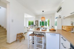Кухня. Кипр, Коннос Бэй : Шикарная вилла с 3-мя спальнями, 2-мя ванными комнатами, с зелёным садом, с бассейном и тенистой террасой с патио и барбекю, расположена на первой линии моря в районе мыса Cape Greco