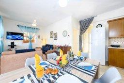Обеденная зона. Кипр, Пернера Тринити : Прекрасная вилла с 3-мя спальнями, 2-мя ванными комнатами, бассейном, солнечным двориком с патио и невероятной террасой на крыше с lounge-зоной и панорамным видом на Средиземное море