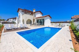 Фасад дома. Кипр, Ионион - Айя Текла : Очаровательная вилла с 3-мя спальнями, 2-мя ванными комнатами, с бассейном, просторной верандой с патио и барбекю, расположена всего в нескольких шагах от красивой гавани Potamos