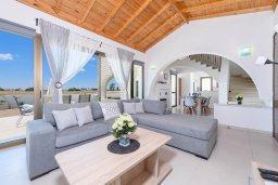 Гостиная. Кипр, Ионион - Айя Текла : Очаровательная вилла с 3-мя спальнями, 2-мя ванными комнатами, с бассейном, просторной верандой с патио и барбекю, расположена всего в нескольких шагах от красивой гавани Potamos