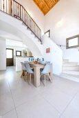 Обеденная зона. Кипр, Ионион - Айя Текла : Очаровательная вилла с 3-мя спальнями, 2-мя ванными комнатами, с бассейном, просторной верандой с патио и барбекю, расположена всего в нескольких шагах от красивой гавани Potamos