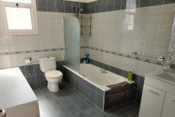 Ванная комната. Кипр, Пафос город : Прекрасная вилла с бассейном и приватным двориком, 3 спальни, 2 ванные комнаты, парковка, Wi-Fi