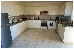 Кухня. Кипр, Пафос город : Пентхаус в комплексе с бассейном, с гостиной, тремя спальнями, двумя ванными комнатами и двумя балконами