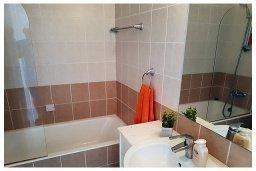 Ванная комната. Кипр, Пафос город : Пентхаус в комплексе с бассейном, с гостиной, тремя спальнями, двумя ванными комнатами и двумя балконами