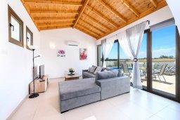 Гостиная. Кипр, Ионион - Айя Текла : Потрясающая вилла с 3-мя спальнями, с бассейном, просторной верандой с патио, солнечной террасой lounge-зоной и барбекю, расположена всего в нескольких шагах от красивой гавани Potamos