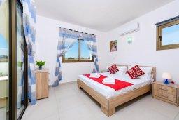 Спальня. Кипр, Ионион - Айя Текла : Потрясающая вилла с 3-мя спальнями, с бассейном, просторной верандой с патио, солнечной террасой lounge-зоной и барбекю, расположена всего в нескольких шагах от красивой гавани Potamos