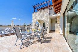 Обеденная зона. Кипр, Ионион - Айя Текла : Потрясающая вилла с 3-мя спальнями, с бассейном, просторной верандой с патио, солнечной террасой lounge-зоной и барбекю, расположена всего в нескольких шагах от красивой гавани Potamos
