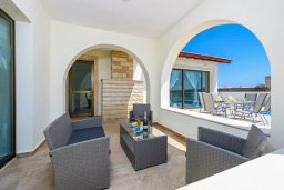 Патио. Кипр, Ионион - Айя Текла : Потрясающая вилла с 3-мя спальнями, с бассейном, просторной верандой с патио, солнечной террасой lounge-зоной и барбекю, расположена всего в нескольких шагах от красивой гавани Potamos
