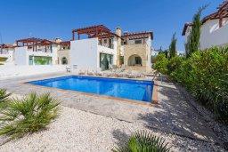 Фасад дома. Кипр, Ионион - Айя Текла : Великолепная вилла с видом на Средиземное море, с 3-мя спальнями, 2-мя ванными комнатами, с бассейном, просторной верандой с патио, lounge-зоной и барбекю, расположена всего в нескольких шагах от красивой гавани Potamos