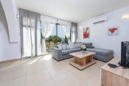 Гостиная. Кипр, Ионион - Айя Текла : Великолепная вилла с видом на Средиземное море, с 3-мя спальнями, 2-мя ванными комнатами, с бассейном, просторной верандой с патио, lounge-зоной и барбекю, расположена всего в нескольких шагах от красивой гавани Potamos