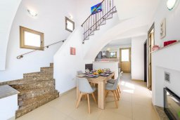 Обеденная зона. Кипр, Ионион - Айя Текла : Великолепная вилла с видом на Средиземное море, с 3-мя спальнями, 2-мя ванными комнатами, с бассейном, просторной верандой с патио, lounge-зоной и барбекю, расположена всего в нескольких шагах от красивой гавани Potamos