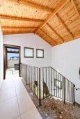 Лестница наверх. Кипр, Ионион - Айя Текла : Великолепная вилла с видом на Средиземное море, с 3-мя спальнями, 2-мя ванными комнатами, с бассейном, просторной верандой с патио, lounge-зоной и барбекю, расположена всего в нескольких шагах от красивой гавани Potamos