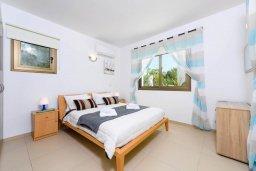 Спальня 2. Кипр, Ионион - Айя Текла : Великолепная вилла с видом на Средиземное море, с 3-мя спальнями, 2-мя ванными комнатами, с бассейном, просторной верандой с патио, lounge-зоной и барбекю, расположена всего в нескольких шагах от красивой гавани Potamos