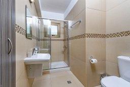 Ванная комната. Кипр, Ионион - Айя Текла : Великолепная вилла с видом на Средиземное море, с 3-мя спальнями, 2-мя ванными комнатами, с бассейном, просторной верандой с патио, lounge-зоной и барбекю, расположена всего в нескольких шагах от красивой гавани Potamos