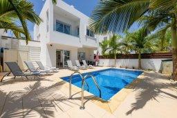 Фасад дома. Кипр, Коннос Бэй : Великолепная вилла с 3-мя спальнями, 2-мя ванными комнатами, с зелёным садом, с бассейном и тенистой террасой с патио и барбекю, расположена на первой линии моря в районе мыса Cape Greco