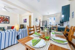 Обеденная зона. Кипр, Коннос Бэй : Великолепная вилла с 3-мя спальнями, 2-мя ванными комнатами, с зелёным садом, с бассейном и тенистой террасой с патио и барбекю, расположена на первой линии моря в районе мыса Cape Greco