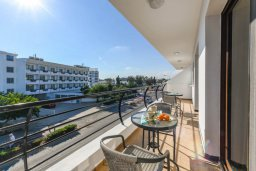 Балкон. Кипр, Нисси Бич : Современный апартамент с гостиной, тремя спальнями, двумя ванными комнатами и балконом, расположен в самом престижном районе Айя-Напы в 300 метрах от пляжа