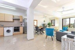 Гостиная. Кипр, Нисси Бич : Современный апартамент с гостиной, тремя спальнями, двумя ванными комнатами и балконом, расположен в самом престижном районе Айя-Напы в 300 метрах от пляжа