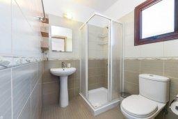 Ванная комната. Кипр, Нисси Бич : Современный апартамент с гостиной, тремя спальнями, двумя ванными комнатами и балконом, расположен в самом престижном районе Айя-Напы в 300 метрах от пляжа