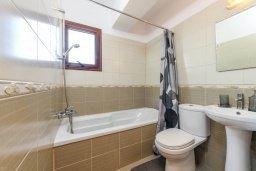 Ванная комната 2. Кипр, Нисси Бич : Современный апартамент с гостиной, тремя спальнями, двумя ванными комнатами и балконом, расположен в самом престижном районе Айя-Напы в 300 метрах от пляжа