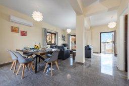 Обеденная зона. Кипр, Ионион - Айя Текла : Потрясающая вилла с 3-мя спальнями, 2-мя ванными комнатами, с бассейном, солнечной террасой с патио и барбекю, расположена  в тихом районе Ayia Thekla недалеко от пляжа