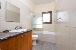 Ванная комната. Кипр, Ионион - Айя Текла : Потрясающая вилла с 3-мя спальнями, 2-мя ванными комнатами, с бассейном, солнечной террасой с патио и барбекю, расположена  в тихом районе Ayia Thekla недалеко от пляжа